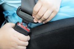 Mädchen tragen Sicherheitsgurte lizenzfreie stockbilder
