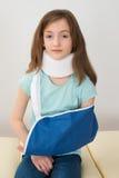 Mädchen-tragende Hals-Klammer und Arm-Riemen stockfoto
