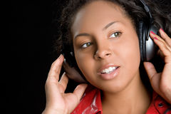 Mädchen-tragende Kopfhörer stockfotos