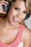 Mädchen-tragende Kopfhörer stockfotografie
