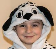 Mädchen-tragender Dalmatiner Onesie Stockfotos