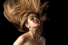 Mädchen-tragendes Beleuchtungs-Make-upschlagendes Haupthaar Stockfotografie