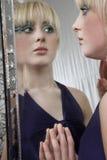 Mädchen-tragendes Make-up beim Schauen im Spiegel Lizenzfreie Stockfotografie