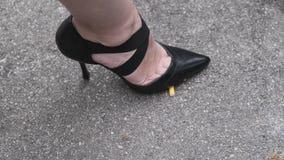 Mädchen trampelt Zigaretten auf Asphalt, aufhören zu rauchen stock video