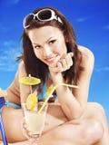 Mädchen in trinkendem Cocktail des Bikinis. Lizenzfreie Stockfotos