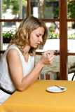 Mädchen in trinkendem Kaffee des Cafés Stockfotografie