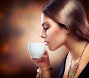 Mädchen-trinkender Kaffee oder Tee Lizenzfreies Stockfoto