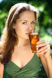 Mädchen trinkt Apfelsaft stockbild