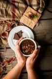 Mädchen trinkt Becher der heißen Schokolade, mit Weihnachtsgeschenk Lizenzfreies Stockfoto