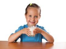 Mädchen trinkt die Milch, lokalisiert Lizenzfreie Stockfotos