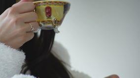 Mädchen trinkt Kaffeenahaufnahme stock footage