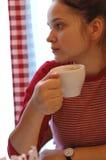 Mädchen trinkt Tee Lizenzfreie Stockfotografie