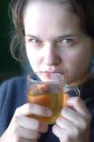 Mädchen trinkt Tee Lizenzfreies Stockfoto