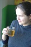 Mädchen trinkt Tee Stockbild