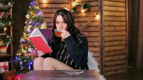 Mädchen trinkt Tee im Studio stock video