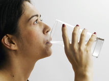 Mädchen trinkt Wasser Lizenzfreie Stockfotos