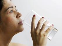 Mädchen trinkt Wasser Lizenzfreies Stockfoto