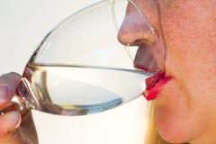 Mädchen trinkt Wasser Stockbilder