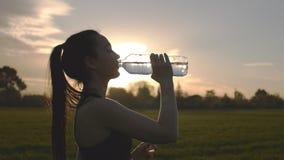 Mädchen trinkt Wasser nach Übung stock video footage