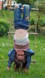Mädchen tun die Fallhammer-Art Stockfotografie