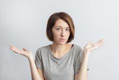 Mädchen tun nicht agry mit etwas oder verstehen nicht Stockfotos