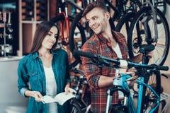 Mädchen tun nicht wie Fahrrad-Berater Choose stockbild