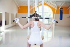 Mädchen tut Übungen Lizenzfreie Stockbilder