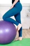Mädchen tut Übungen auf einem Turnhallenball Stockfoto
