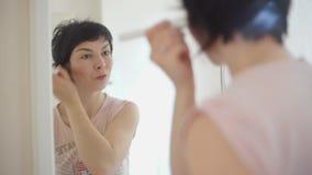 Mädchen tut eine Make-upbürste stock video