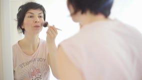 Mädchen tut eine Make-upbürste, Nahaufnahme stock video