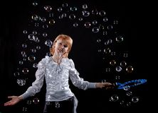 Mädchen tut Seifenluftblasenerscheinen Lizenzfreie Stockbilder
