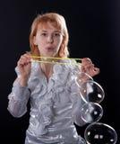 Mädchen tut Seifenluftblasenerscheinen Lizenzfreies Stockfoto