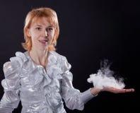 Mädchen tut Seifenluftblasenerscheinen Lizenzfreies Stockbild