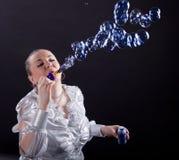 Mädchen tut Seifenluftblasenerscheinen Stockbild