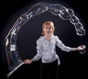 Mädchen tut Seifenluftblasenerscheinen Lizenzfreie Stockfotografie