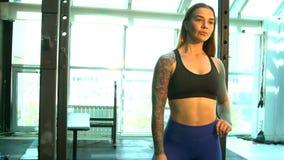 Mädchen tut Sportübungen stock footage