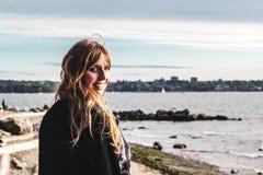 Mädchen am Uferdamm in Vancouver BC Kanada lizenzfreies stockfoto