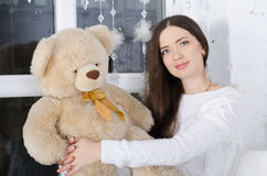 Mädchen umarmt einen Teddybären stockfoto