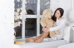 Mädchen umarmt einen Teddybären Stockbild