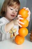 Mädchen und 4 Orangen Stockfoto