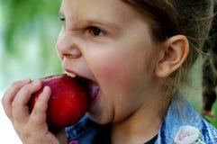 Mädchen und Apfel Stockbild