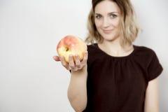 Mädchen und Apfel Stockfotos