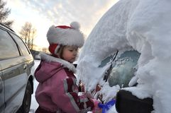 Mädchen und Auto im Winter lizenzfreies stockfoto