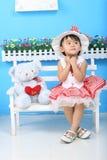 Mädchen und Bär Stockbilder