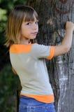 Mädchen und Baum lizenzfreie stockfotografie