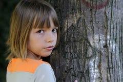Mädchen und Baum stockfotografie