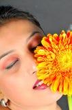 Mädchen und Blume Stockfotos