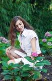 Mädchen und Blumen stockbild