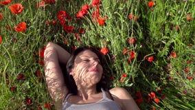 Mädchen und Blumen stock video