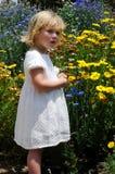 Mädchen und Blumen stockbilder